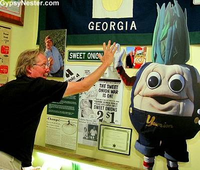 David high fives the Vidalia Onion mascot