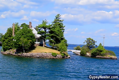 The smallest international bridge in the world is in the 1000 Islands